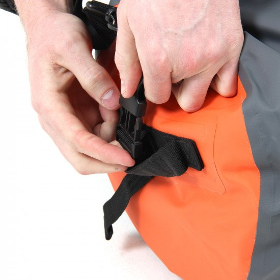 Fix-lock-buckles-fitted-to-both-ends-of-bag